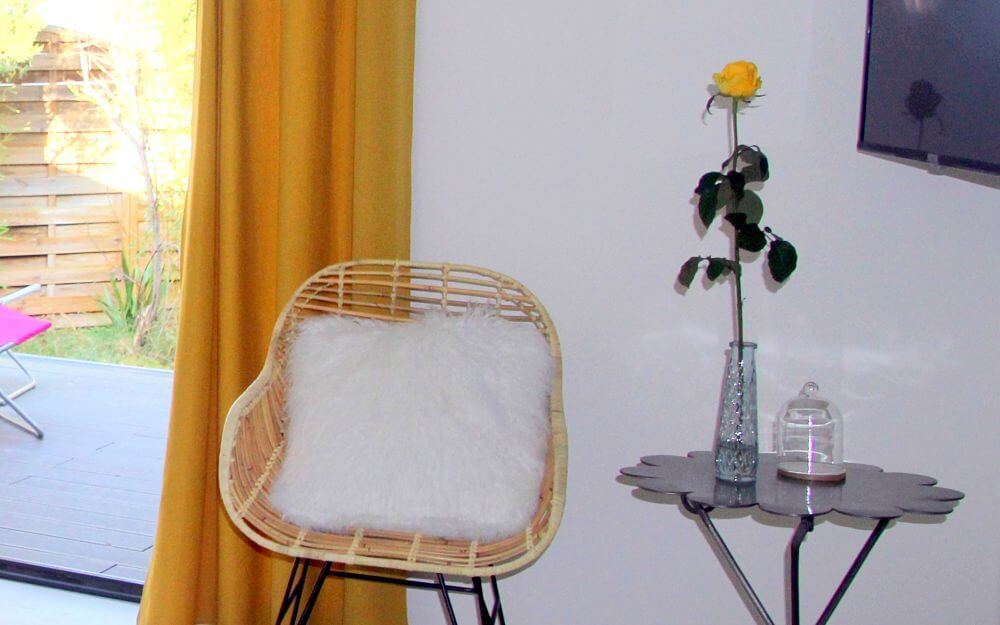 -chambre-hotes-montpellier-cassiopee-fauteuil-osier-couleur-jaune
