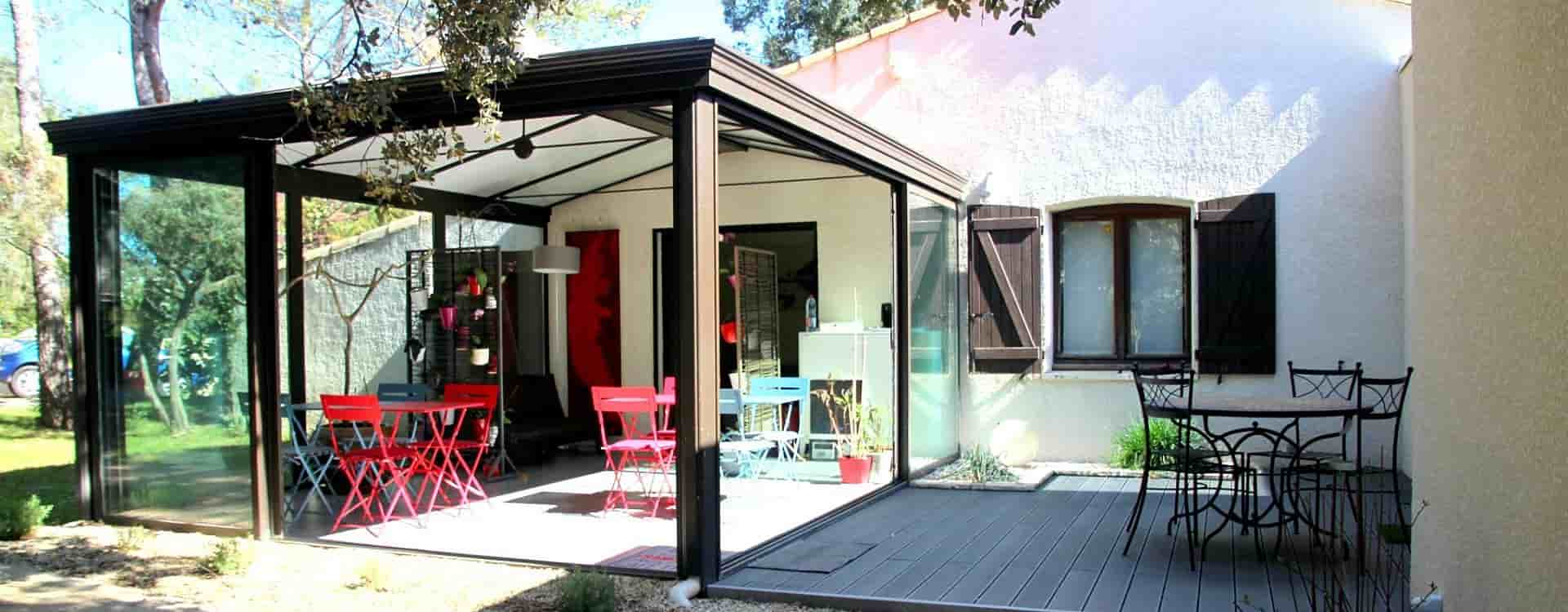 veranda-exterieure-baies-vitrees-repas-coin-lecture-maison-chambres-hotes-montpellier