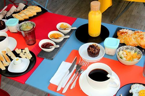 petit-dejeuner-jus-orange-fruits-cake-chocolat-chambre-hote-montpellier